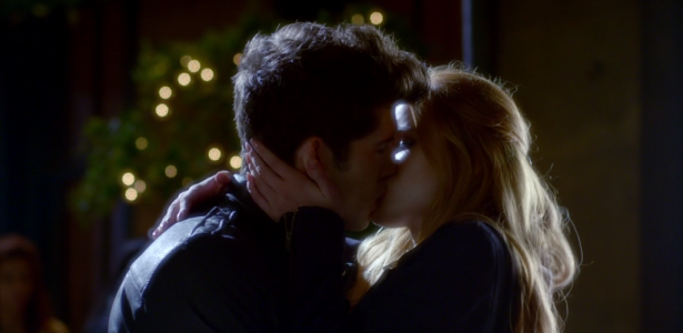 Famous in love – S01E04 –  Prelude to a Kiss