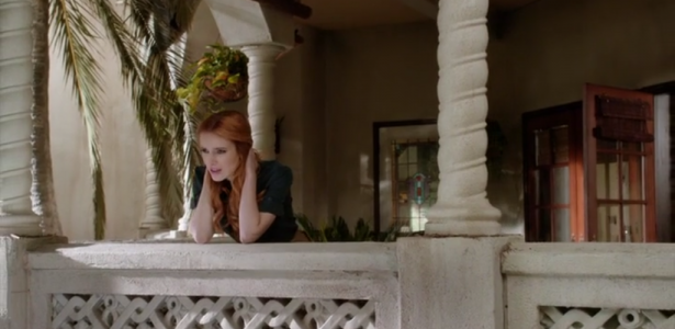 Famous in love – S01E09 –  Fifty Shades of Red